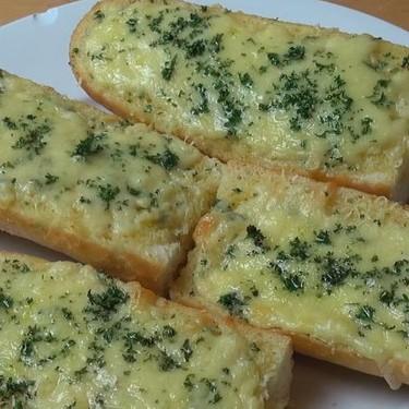 Easy Cheesy Garlic Bread Recipe | SideChef