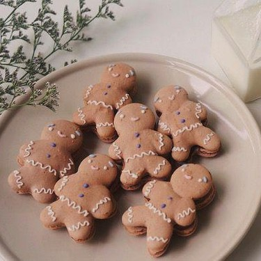 Gingerbread Man Macarons with Chocolate Cinnamon Buttercream Recipe   SideChef