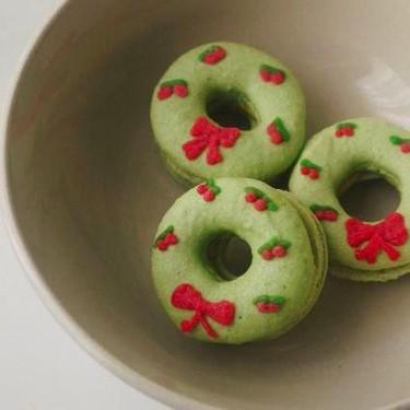 Christmas Wreath Macarons with Matcha Buttercream Recipe | SideChef